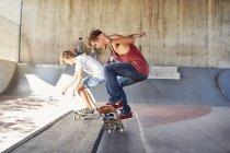 Adolescentes skateboarding en skate park - foto de stock