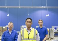 Gerente seguro de retrato y los trabajadores de la fábrica de acero - foto de stock