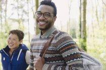 Портрет посміхаючись людина з рюкзака походи в лісі — стокове фото