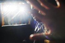 Знаменитості пару блокування камери в лімузині на заході — стокове фото