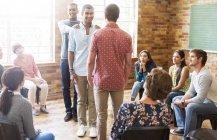 Підтримуюче чоловіків в групової терапії сесії — стокове фото