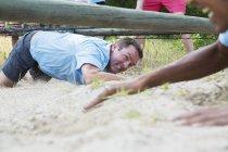 Визначається людина обходу під мережі на boot camp смугу перешкод — стокове фото