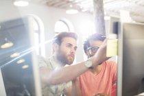 Konzentrierte sich lässig Geschäftsleute arbeiten am Computer in sonnigen Büro — Stockfoto
