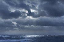 Nuages dans un ciel couvert sur l'océan, Devon, Royaume-Uni — Photo de stock