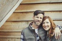 Retrato sorrindo casal abraçando fora cabine — Fotografia de Stock