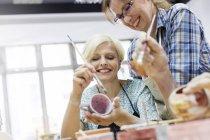 Lächelnde Reife Frauen Malerei Keramik im studio — Stockfoto