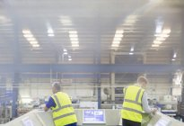 Руководители на платформе над сталелитейного завода — стоковое фото