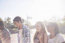 Amies adolescentes traîner au parc ensoleillé — Photo de stock