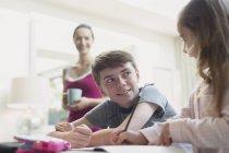 Bruder und Schwester, die Hausaufgaben in Küche — Stockfoto
