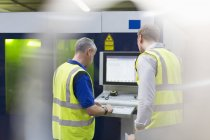 Рабочие на панели управления машины в сталелитейного завода — стоковое фото