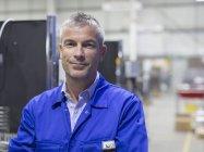 Trabalhador sorrindo retrato na fábrica de aço — Fotografia de Stock