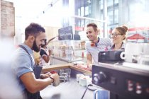 Visiteurs regarder barista faire café au café — Photo de stock