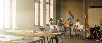 Criativo empresário líder reunião à mesa no escritório — Fotografia de Stock