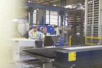 Руководитель и работники сталелитейного завода — стоковое фото