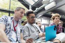 Мужчины используют ноутбук в аудитории на конференции — стоковое фото