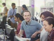 Студенти використовують комп'ютери в комп'ютерні лабораторії бібліотека — стокове фото