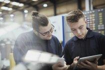 Працівників із документів і цифровий планшетний сталеві заводі — стокове фото