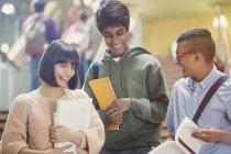 College-Studenten diskutieren Hausaufgaben im Treppenhaus — Stockfoto
