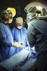 Chirurgiens, exécutant la chirurgie en salle d'opération — Photo de stock