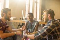 Gens d'affaires décontractée parler en réunion dans le Bureau — Photo de stock