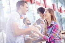 Paar lachen und Hand in Hand im café — Stockfoto