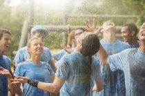 Squadra entusiasta godendo la pioggia al campo di addestramento — Foto stock