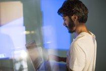 Homme d'affaires décontractée avec ordinateur portable en préparant une présentation visuelle audio — Photo de stock