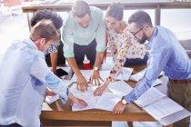 Gli uomini d'affari esaminano le pratiche burocratiche e il brainstorming in riunione — Foto stock