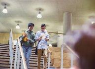 College-Studenten mit Notebook absteigend Treppe — Stockfoto