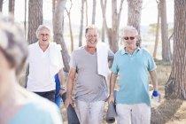 Старшие мужчины после занятий йогой в парке — стоковое фото
