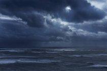 Nuvole scure nel cielo coperto sopra l'oceano tempestoso, Devon, Regno Unito — Foto stock