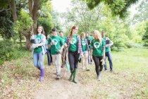 Voluntários ambientalistas plantando nova árvore — Fotografia de Stock