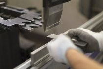 Закрыть рабочий с помощью оборудования на сталелитейном заводе — стоковое фото