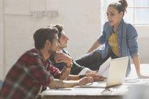 Jeunes entrepreneurs créatifs travaillant au bureau — Photo de stock