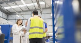 Engineers and worker talking in steel factory — Stock Photo