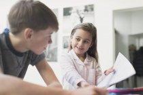 Stolz zeigt Hausaufgaben zu Bruder Schwester — Stockfoto