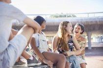 Mädchen im Teenageralter lachen hanging out in sonnigen Skate-park — Stockfoto