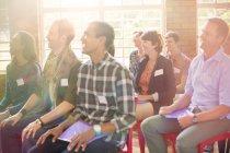 Аудиторія посміхаючись в общинний центр — стокове фото