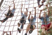 Équipe escalade net sur cours de boot camp — Photo de stock
