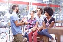 Друзья, говорить и висит в кафе — стоковое фото