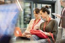 Студентки женского пола используют ноутбук — стоковое фото
