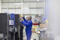 Arbeiter, die Reparatur von Maschinen im Stahlwerk — Stockfoto