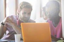 Lässige Geschäftsleute arbeiten am Laptop im modernen Büro — Stockfoto