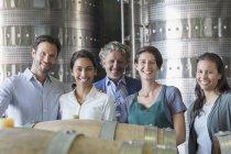Porträt zuversichtlich Weingut Mitarbeiter im Keller — Stockfoto