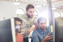 Зосереджено випадковий підприємців, які працюють на комп'ютерах — стокове фото