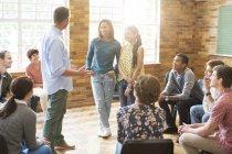 Чоловік та жінки говорили в групової терапії сесії — стокове фото