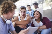 Підлітковий друзів гуляти, використовуючи цифровий планшетний — стокове фото