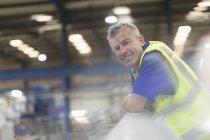 Porträt lächelnder Vorgesetzter in Stahlwerk — Stockfoto
