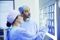 Chirurgiens, examiner et analyser les IRM — Photo de stock