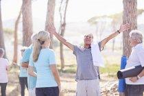 Hombre mayor exuberante después de clase de yoga en Sunny Park - foto de stock